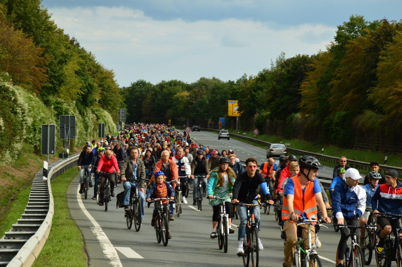 Fahrradfahrer*innen auf der Stadtautobahn